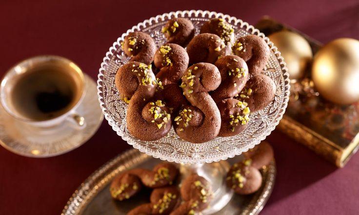 Kakaokringel Rezept: Gespritzte Weihnachtsplätzchen mit Pistazien und Schokolade - Eins von 7.000 leckeren, gelingsicheren Rezepten von Dr. Oetker!