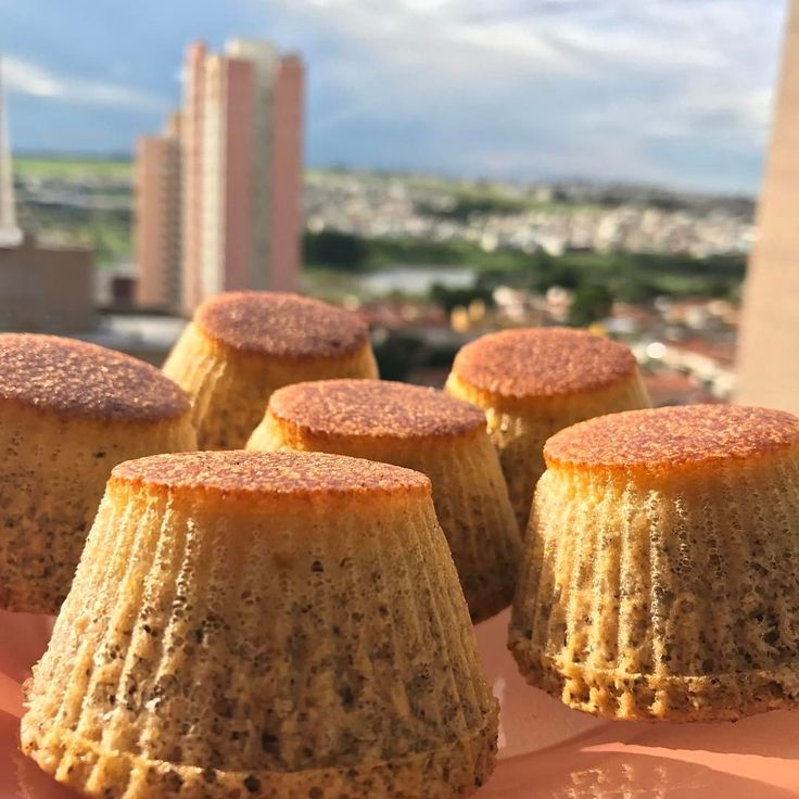 👉🏻 3 ovos 👉🏻 3 cs de creme de leite fresco 👉🏻 1 cs de pasta de macadamia + coco e castanha de caju Bati tudo com fouet. 👉🏻 1 xícara de farinha de coco 👉🏻 2 cs rasas de Eritritol 👉🏻 1 csobremesa de fermento químico  Polvilhei canela e pus no forno a 230º por 25 minutos. Deu nisso! Achei lindinhos... #pastanatural #originalblend #lowcarb #comnozcriamoslaços