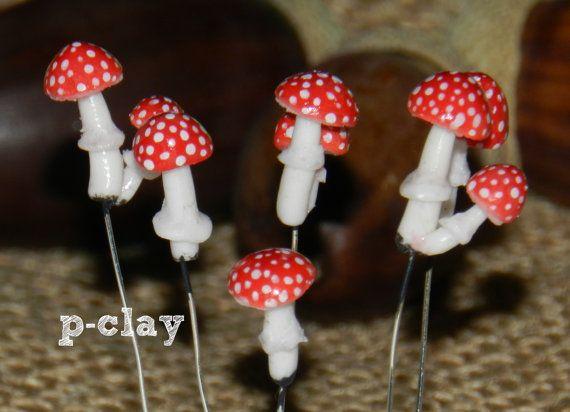 9 mushrooms Fly agaric wiht wire 6 pieces handmade in polymer clay by pclayplay. 9 setas (amanita muscaria) con alambre realizadas en arcilla polimérica 1:12