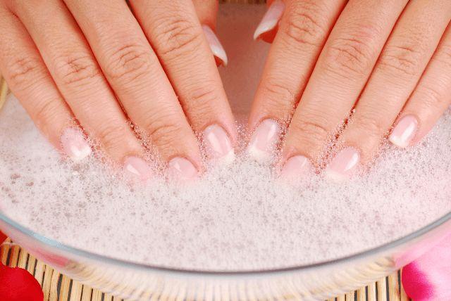 Ein Handbad macht die Hände schön geschmeidig und schützt die Nägel vorm Aus…