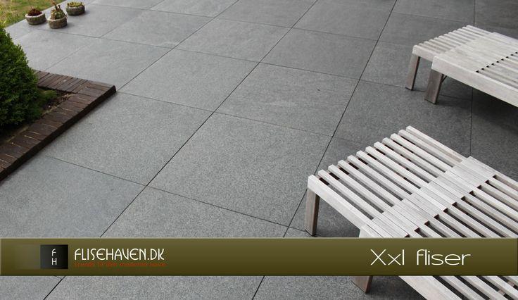 Store havefliser i Basalt natursten, flotte og minimalistiske i udtrykket.