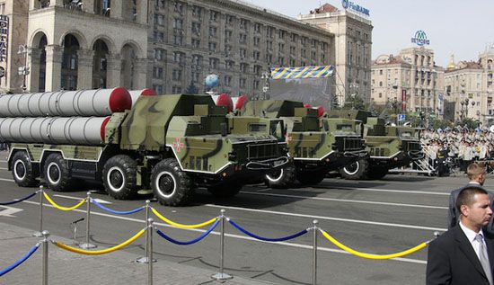 """KIBLAT.NET, Teheran – Kementerian Luar Negeri Iran mengkonfirmasikan bahwa pihaknya telah menerima sistem rudal jarak jauh S-300 dari Rusia. Dalam sebuah pernyataan yang disiarkan di televisi pada hari Senin (11/04), Jubir Kemenlu Iran, Jabar Ansharu membeberkan bahwa Teheran telah menerima rudal pertahanan udara tahap pertama dari Rusia. """"Angkatan pertama sistem rudal pertahanan udara S-300 Rusia …"""
