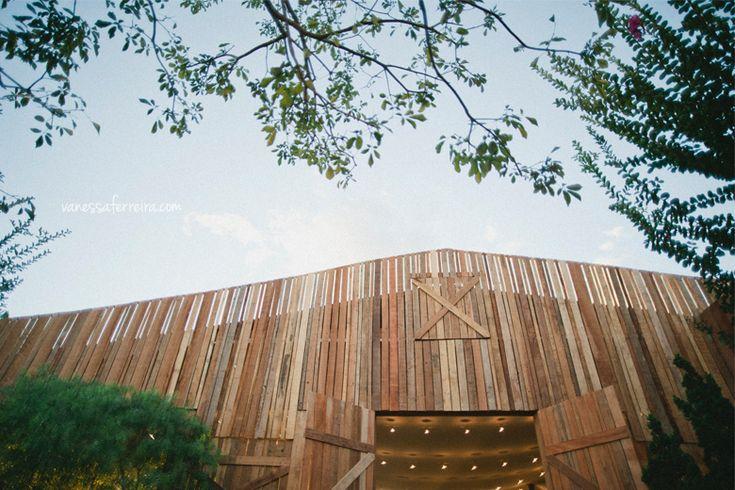 Um casamento inspirado nos celeiros americanos transforma um clube de Brasília num verdadeiro country wedding! #casamentoscriativos #colherdechanoivas #vanessaferreirafotografia