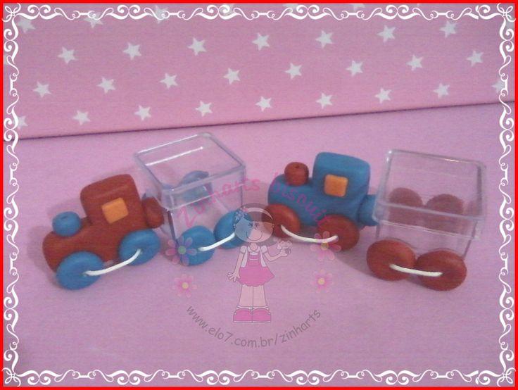Trenzinho em biscuit com caixa acrílica para se colocar balinha ou confeti (não acompanha o produto).  A caixa acrilica mede 3x3cm  Pode-se aumentar as quantidades de vagões e colocar uma letra do nome da criança em cada vagão.