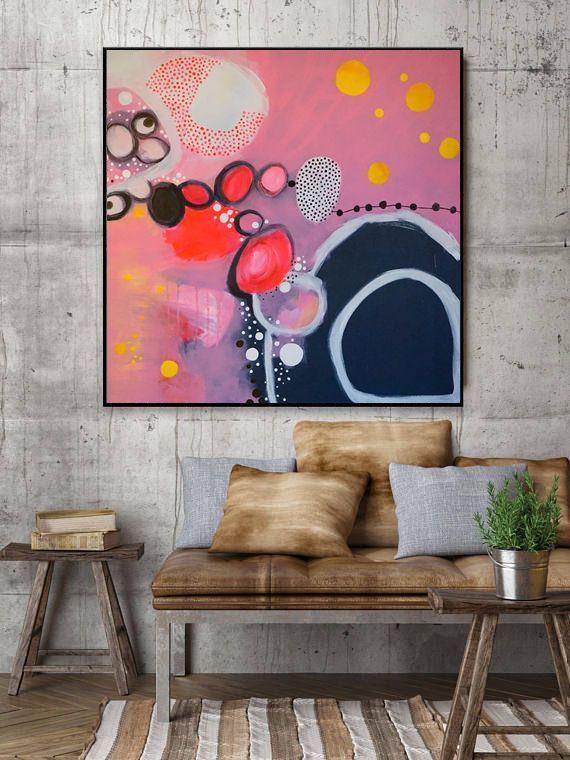 Feminines gute Laune Bild. Farbenfrohe Acrylmalerei tobt sich in Kreisen auf 90x90cm auf Leinwand aus. Rosa, gelb, weiß und dunkelgrau lassen keine Langeweile aufkommen und verleihen jedem Raum Esprit und weiblichen Charme. Erhältlich ist dieses Werk bei Etsy- also schnapp es dir- als originelles Weihnachtsgeschenk oder tolle Idee zum Einzug. #abstractart