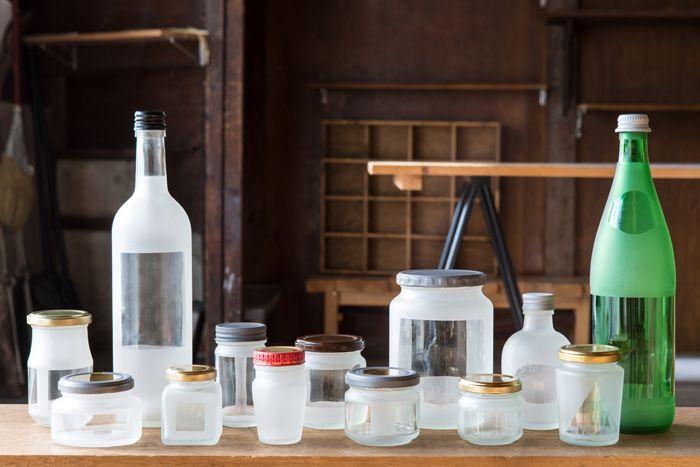 Trace - Shunsuke Umiyama(海山俊亮)- 從朋友及工作室附近的商店街蒐集各式各樣的玻璃瓶,在瓶標未拆除的狀況下直接送去做玻璃噴沙處理,成品就會因當時瓶標大小及貼的位置不同而出現各自獨特的透明面。
