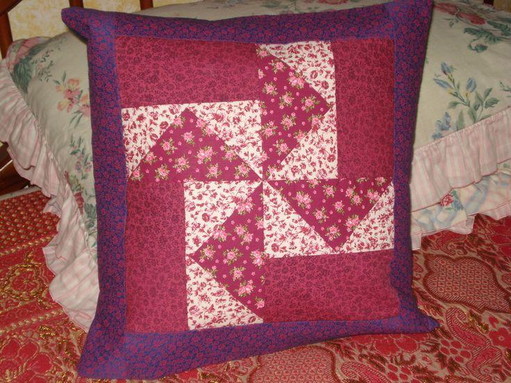 Capa para almofada em patchwork. Pode ser feita sob encomenda de cores variadas. Tempo de confecção de 5 dias.  Sujeita de mudança de tecidos.