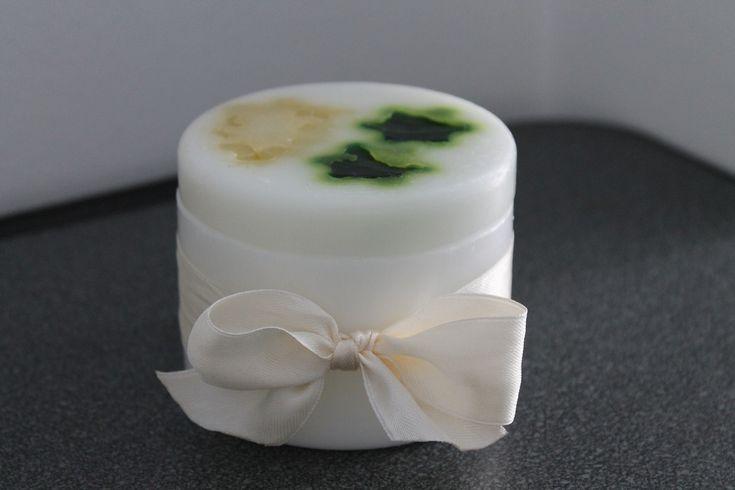 https://flic.kr/p/yEJPP8 | SCATOLA BIANCA CON COPERCHIO EFFETTO MARMO – REALIZZATA IN CERA | Scatola tonda bianca, con coperchio effetto marmo, decorata con un nastrino bianco chiuso a fiocco; al profumo 100% naturale di lavanda. Diametro: 80 mm.  Oggetto artigianale, realizzato in cera.  Per saperne di più visita il sito:  www.ilmiomondoincera.com