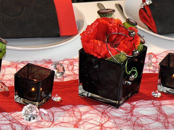 Eckige Vasen Und Teelichthalter In Schwarz Kombiniert Mit Rotem Mohn