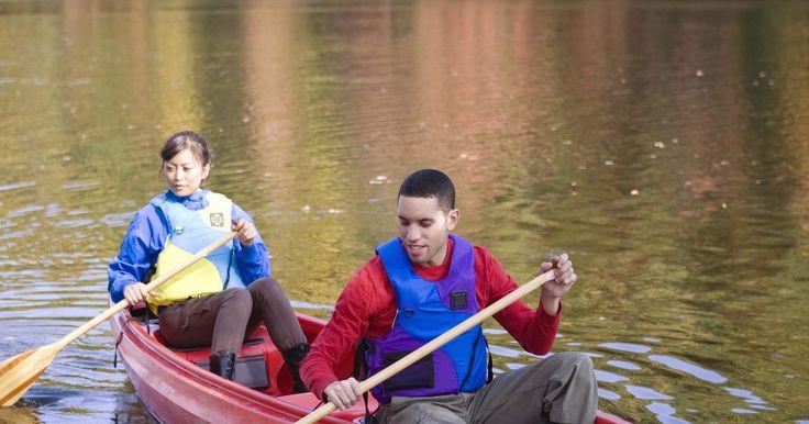 Las partes de la canoa y el remo. Muchas personas piensan que el remo es un deporte tranquilo practicado sobre lagos tranquilos, pero los palistas serios ponen sus canoas a prueba con largos viajes en aguas salvajes, yendo de un lugar a otro o luchando con su canoa contra los rápidos extremo de aguas bravas. Si eres un palista recreativo o un aventurero serio, siempre es una buena ...