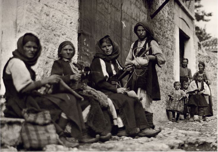 Παραμυθιά, κοπέλες γνέθουν και πλέκουν,  1913