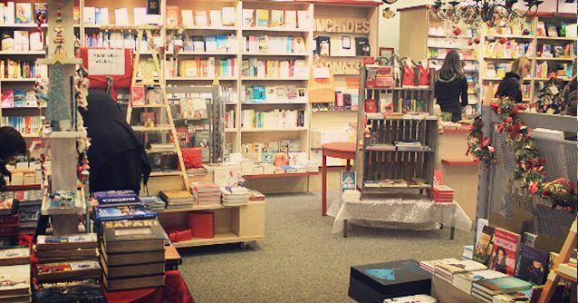 Grüße aus Königs Wusterhausen. _ Das Foto ist zur Weihnachtszeit entstanden. Wir wollen euch damit einen Einblick in unseren Buchladen geben. Wir sind sehr stolz auf unsere Laden und auf unsere Kunden! _ Welches Buch lest Ihr gerade? _ http://ift.tt/1niZsAX _ #Bücher #Books #Book  #buchladen #Radwer #bookstagram #instabook #bücherliebe #lesen #lesestoff #lesenisttoll #reading #bookstagram #booklover #heimat #lieblingsladen #bookstore #store #lesengefährdetdiedummheit  #buchhandlung