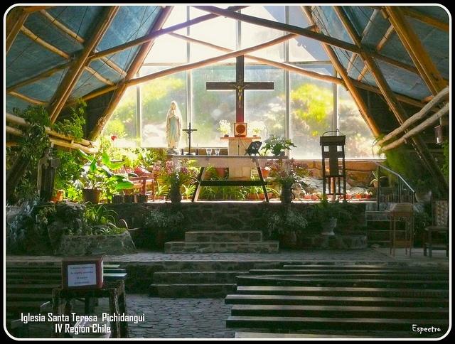 Altar Iglesia Santa Teresa Pichidangui by espectro, via Flickr