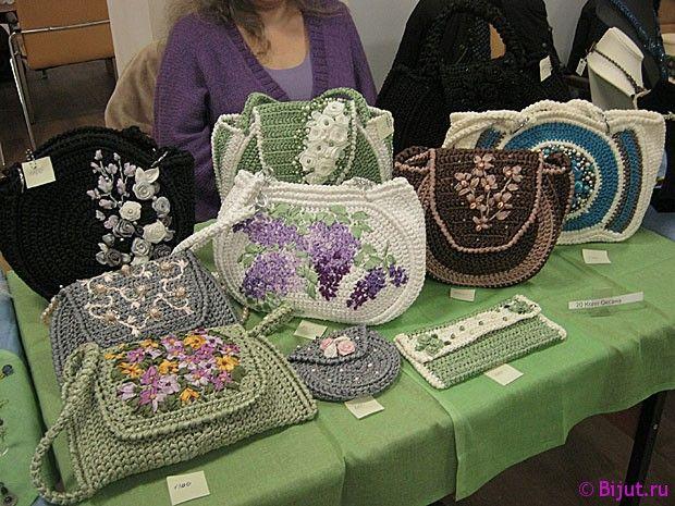Дамские сумочки. связанные крючком и вышитые лентами