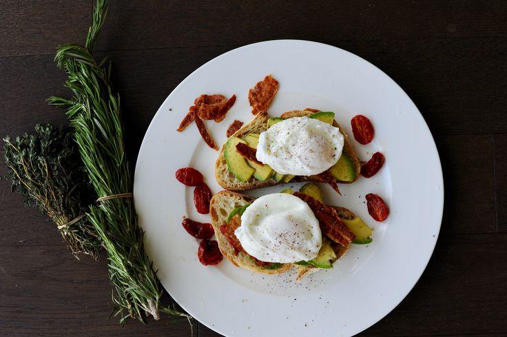 Bruschetta s avokádem a zastřeným vejcem
