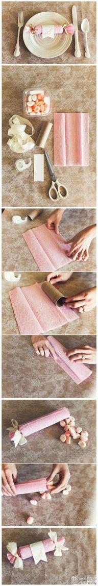 Lekkers en decoratie: maak een snoepje van wc rolletjes omwikkeld met crepe papier. Vul de snoepjes met lekkers. Schrijf er evt. de naam van de gasten op voor de tafelschikking.