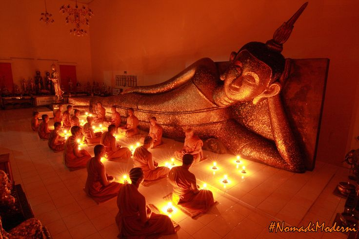 กรุงเทพมหานคร (Bangkok) nel กรุงเทพมหานคร: monaci buddisti pregano in un tempio in Thailandia. #NomadiModerni #AroundTheWorld