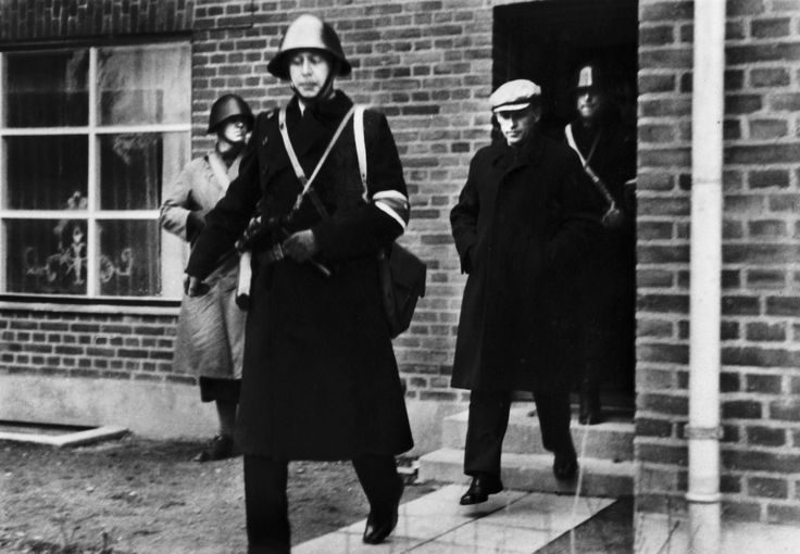 Den tidligere leder af Schalburgkorpset og Frikorps Danmark, K.B. Martinsen, arresteres i Roskilde d. 5. maj 1945. Martinsen dømtes senere til døden og henrettedes i juni 1949. Han er begravet på Roskilde kirkegård