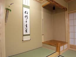 Paredes y pisos de estilo ecléctico por (有)岳建築設計 https://www.homify.com.mx/libros_de_ideas/3273195/te-damos-mas-de-15-ideas-economicas-para-decorar-las-paredes-de-tu-casa