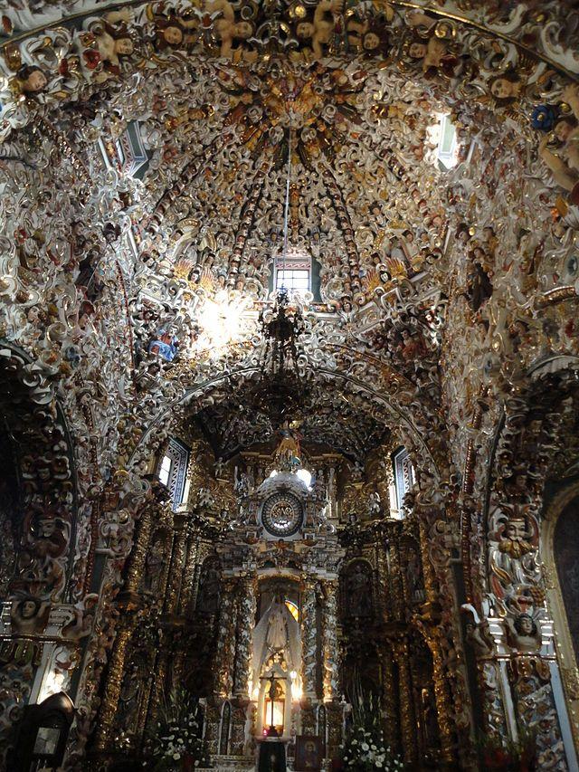 Interior de la Iglesia de Santa María Tonantzintla. construida entre 1730 y 1790), en Puebla, México.
