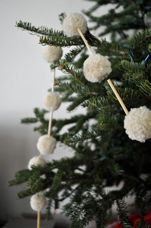 Arboles de Navidad decorados con guirnaldas de pompones de lana