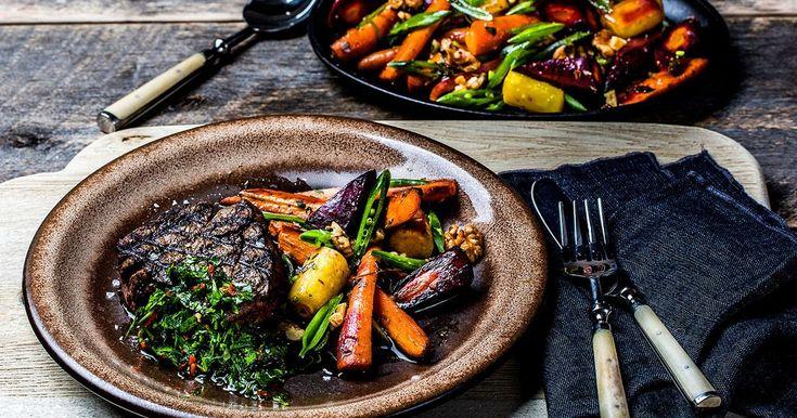 Oppskrift på mør biff av storfe indrefilet, med bakt gulrotsalat med druer, valnøtter, balsamico, honning og Chimichurry. Friskt og lett mat for hele familien.