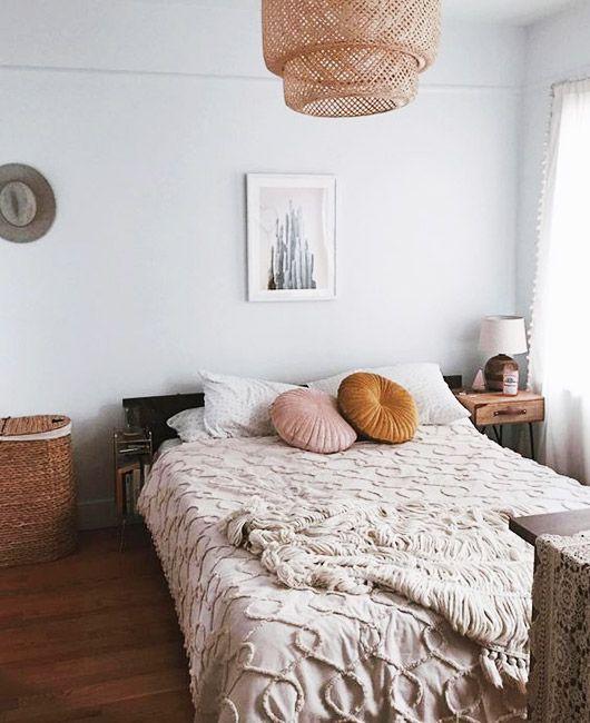 Schönes helles Schlafzimmer mit marokkanischen Einflüssen. Wir sind verliebt in die runden Kissen in Altrosa und Ocker