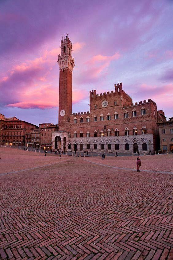 Piazza del Campo en Siena, Toscana, Italia. El suelo parece estar formado con #azulejos de estilo #metro colocados en forma de espiga.