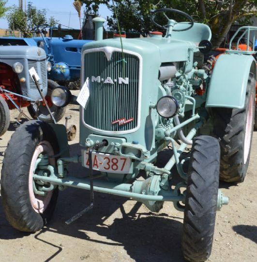 Tractor antiguo con doble tracción. ¡Increíble, verdad!