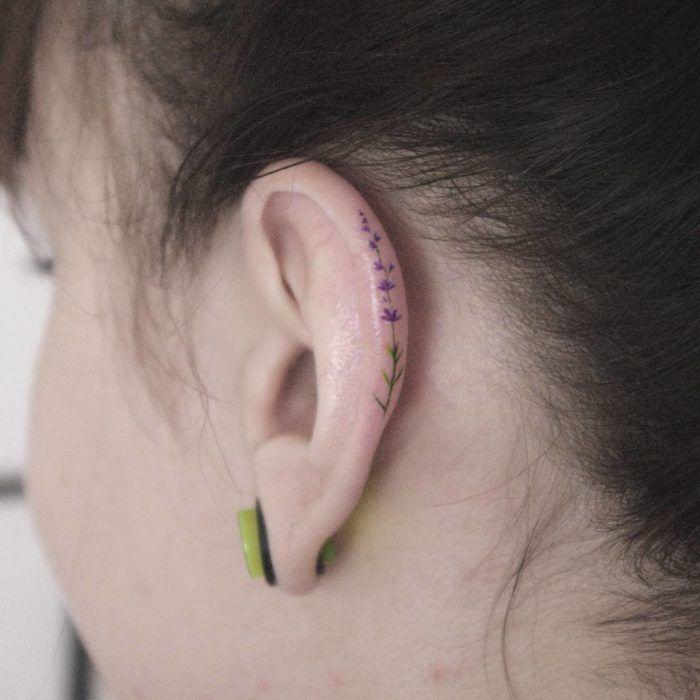 Chica con un tatuaje en la oreja