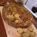 ТОРТ корж - финики, лесной орех, изюм основа - бананы, манго, какао масло, сироп украшение - фазилис, цедра апельсина, се шоколад
