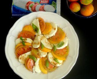 A salada caprese é das minhas favoritas pois adoro mozzarella , tomate e manjerição, nesta juntei um fruto que adoro o pêssego