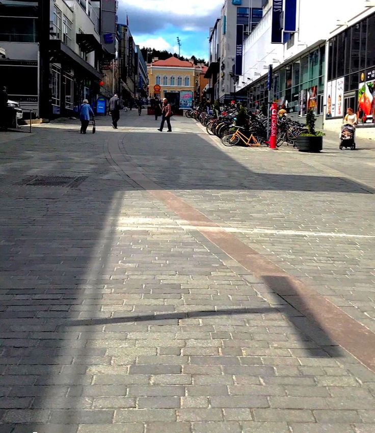 Tamora Jyväskylässä 6/2017. Pitkä tie, ihmisiä kulkee sitä pitkin, ja poikin.