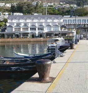 Simon's Town Quayside Hotel är ett 4-stjärnigt hotell och konferenscenter med utmärkt läge vid False Bay.
