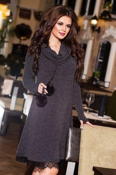 Средней длины теплое стильное платье с выложеным вороткником и меховыми помпонами темно-серый