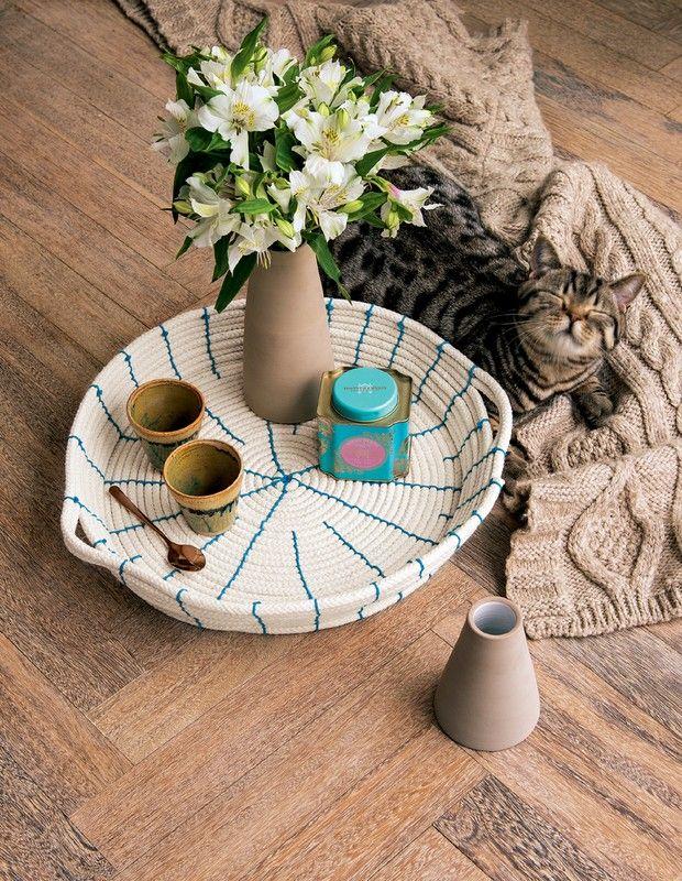Em mais um episódio da websérie Tutorial Casa e Jardim, a editora chefe Thaís Lauton ensina a fazer um cesto, que pode servir de centro de mesa, usando apenas corda e barbante