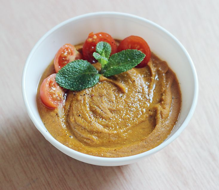 - 350g de lentilles corail - 1 petite brique de lait de coco (environ 200mL) - 2 càs bien bombées de pâte de curry doux - 200 mL de purée de tomate - 1/2 oignon jaune* - 750 mL d'eau, à moduler selon l'avancement de la cuisson - Quelques petites tomates et un peu de menthe ou de coriandre pour servir (facultatif) - Poivre du moulin et fleur de sel - 1 citron vert