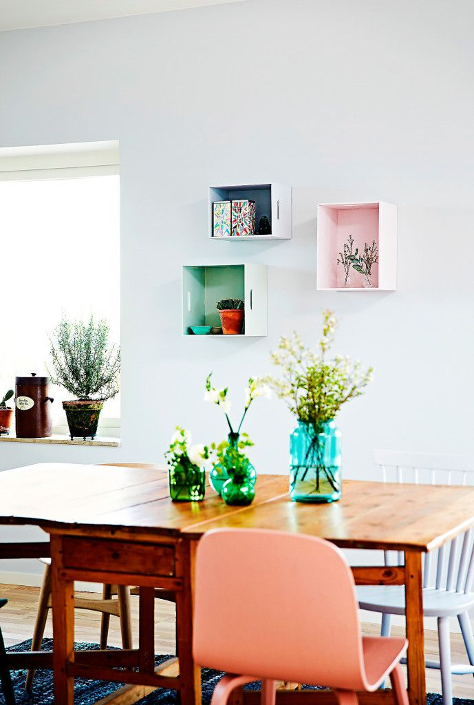 Snabblyft med målade detaljer. Förändra snabbt och enkelt i köket genom att måla några stolar, låt även färgen gå igen på hyllor och förvaringsboxar på väggen.