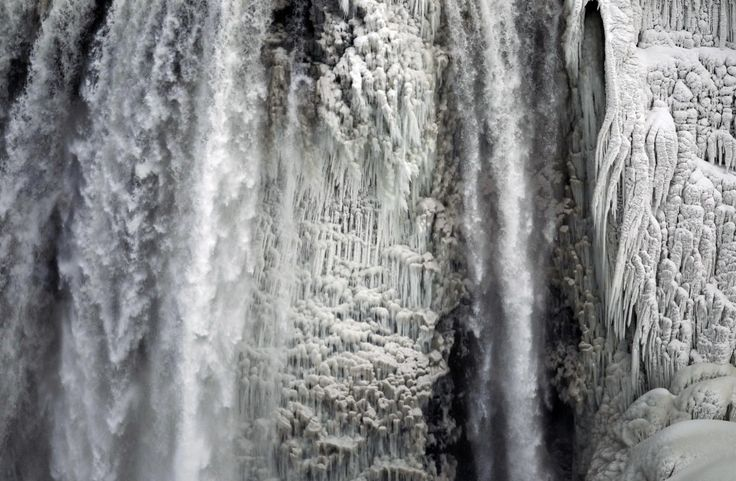 Uno spettacolo nello spettacolo. Le Cascate del Niagara mostrano i segni delle temperature record che hanno colpito il nord degli Stati Uniti e il Canada. Oltre 240 milioni di persone hanno sofferto i disagi provocati dal 'polar vortex' che, soprattutto a causa dei forti venti, ha fatto ghiacciare l