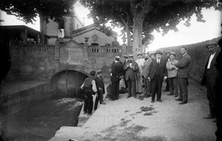 La Casa de la Mina y el 'Reixargó', donde el Rec Comtal aflora a la superficie, en Montcada i Reixac. Imagen de 1917 del fondo ANC/Brangulí