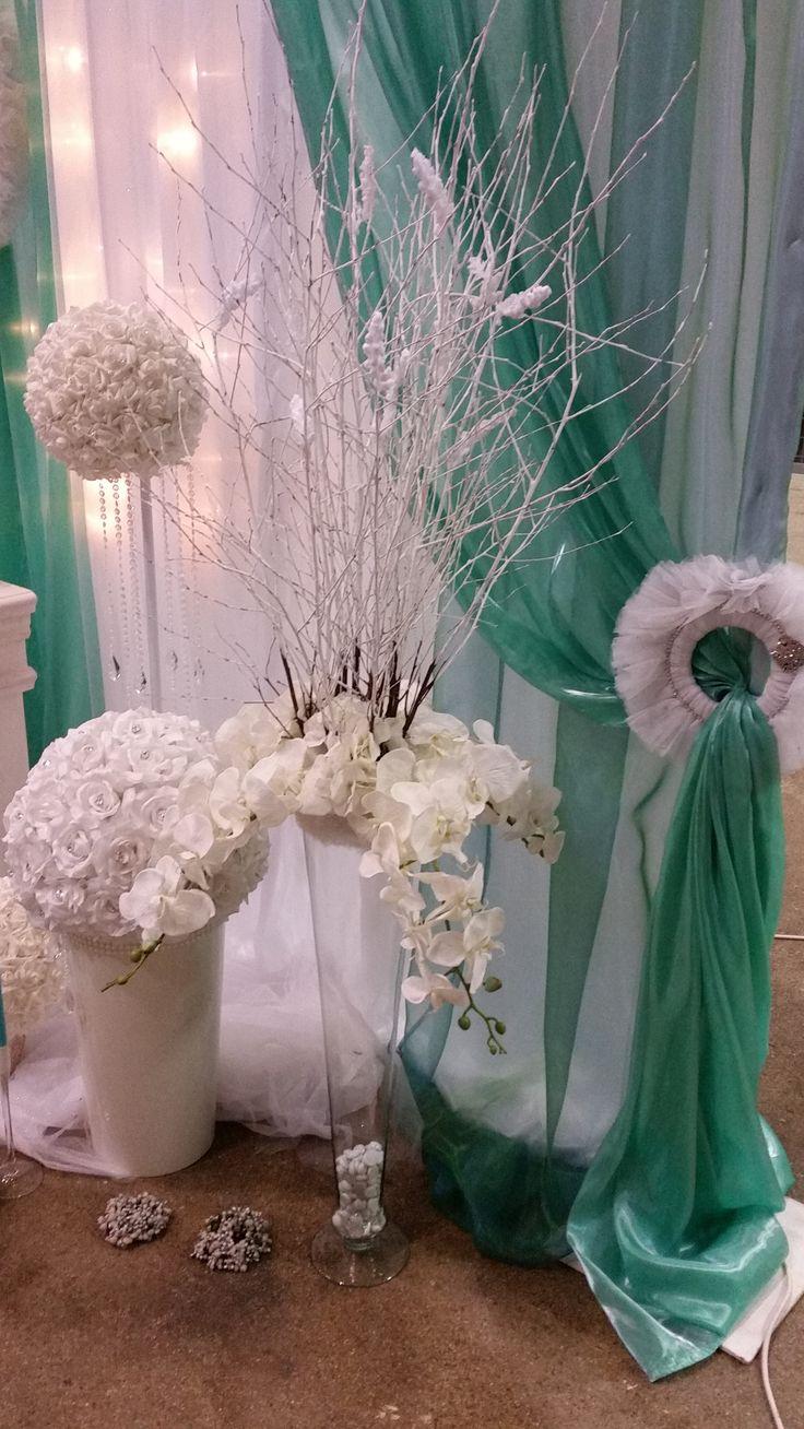 Téli esküvőnél a hideg alapszínekhez, válassz fehér virágokat.
