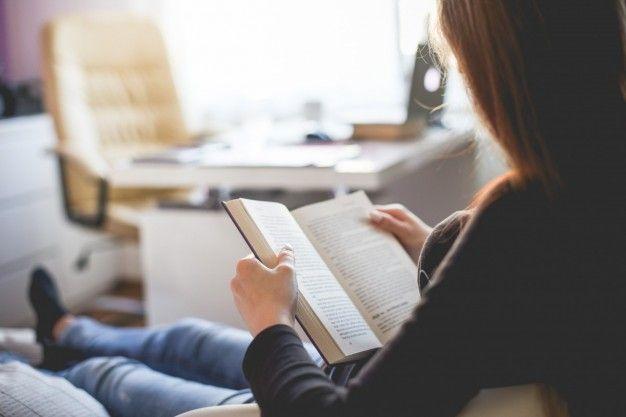 Ler um livro em casa Foto gratuita