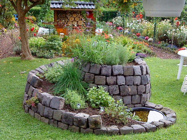 Nice Ein Hochbeet im Garten sieht super aus und l sst sich r ckenschonend bearbeiten Lass Dich von diesen sch nen Pflanzen Hochbeete inspirieren