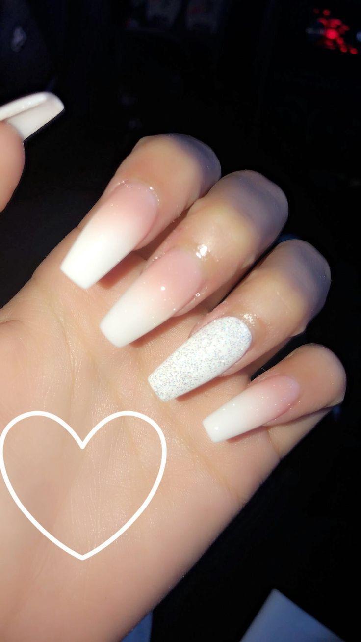 Ombré-Nägel, rosa Puder mit weißem. Weißer Glitzer an den Ringfingern #den #Glitzer #mit …