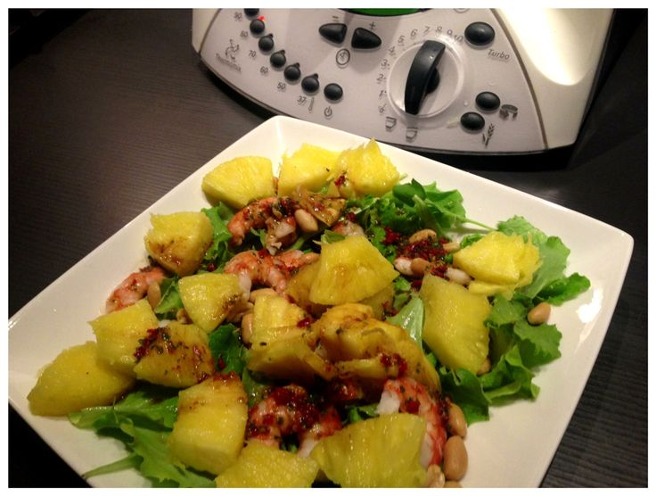 Thaise salade met garnalen, ananas en pinda's