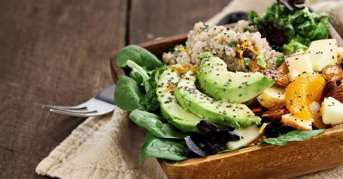 Recette de Healthy salade quinoa, avocat, épinards, orange, amandes, noix et graines de chia. Facile et rapide à réaliser, goûteuse et diététique.