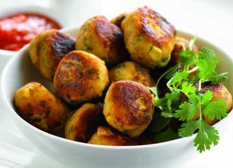 Aardappel- en kippenballetjes met maïs en geroosterde paprikasaus - Aardappel.be