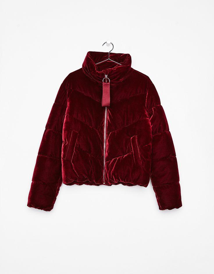 Cazadora puffy de terciopelo. Descubre ésta y muchas otras prendas en Bershka con nuevos productos cada semana