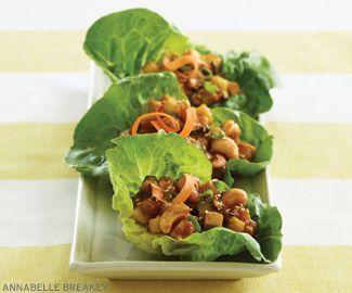 Pratos de alface com Tofu  e cogumelo shiitake.  (pode refogar com um fio de óleo de gergelim e gotejar shoyu)