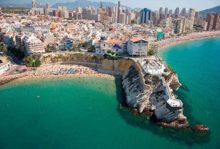 Castillo entre Playa Poniente y Levante. Benidorm Rincones de Alicante que puedes descubrir reservando en www.enjoyingalicante.com